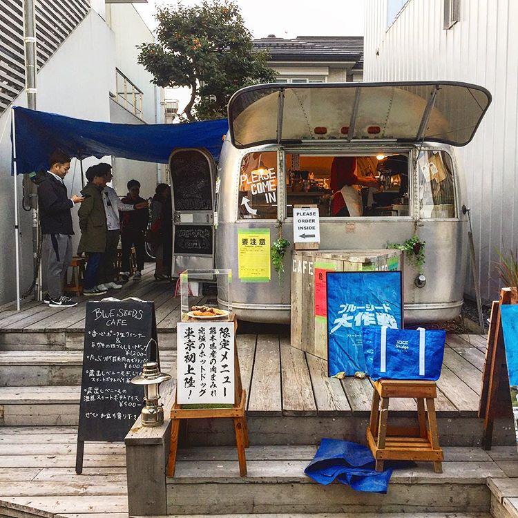 表参道のカフェThe AIRSTREAM GARDENで料理の提供している様子